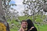 Romantický první máj v rozkvetlém sadě v Lešanech
