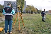 Geodeti vyměřují spojku mezi Určickou a Krasickou ulicí