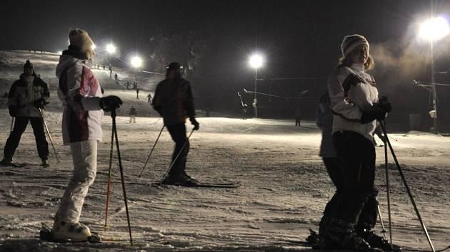 Na svahu v Kladkách se prohánějí stovky lyžařů.
