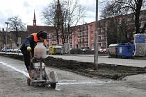 Lidé žijící v panelácích na Libušince v Prostějově se  dočkají nového parkoviště, chodníků, lamp i zeleně.