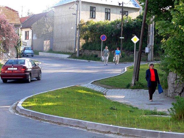 Vyústění Ohrozimské ulice na hlavní městskou komunikaci rozčiluje chodce i šoféry.
