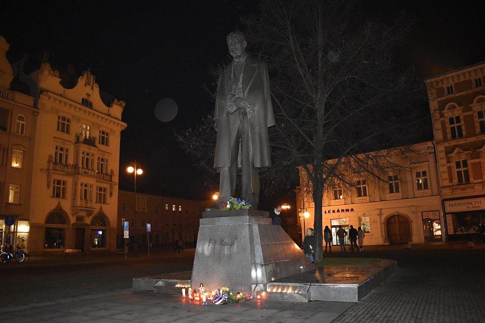 Výročí sametové revoluce uctili Prostějované zapálenými svíčkami pod sochou T. G. Masaryka. 17.11. 2020