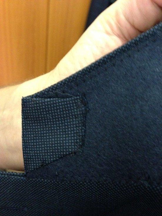 Pro novou bondovku Spectre šila prostějovská oděvní firma osmnáct obleků a šest sak. Na fotce detail saka, který filmoví tvůrci požadovali.