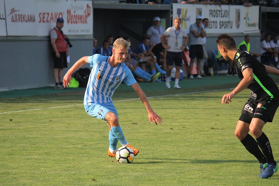 Fotbalisté Prostějova (v modrém) hráli doma s Hradcem bez branek.David Píchal (Prostějov)