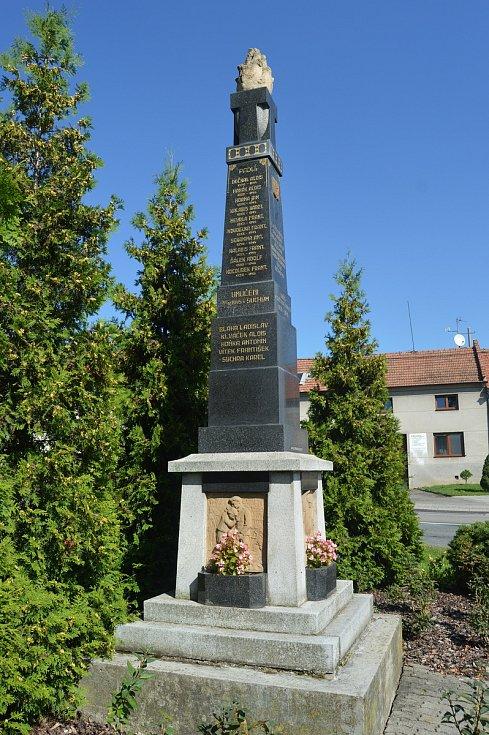 Na návsi ve Vícově stojí pomník věnovaný obětem druhé světové války. Do něj jsou vryta jména vícovských mužů.