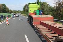 Na dálnici ve směru na Olomouc se střetla dvě osobní auta a náklaďák.
