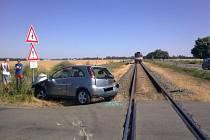 Následky po střetnutí vlaku s osobním automobilem mezi Kostelcem na Hané a Prostějovem