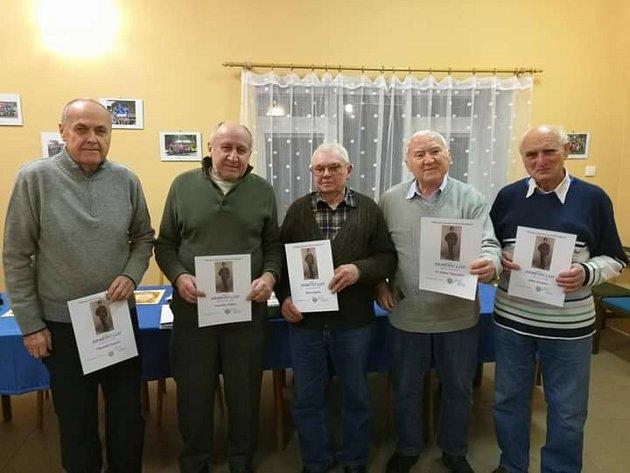 Čtyřiaosmdesátiletý rodák ze Stínavy Jiří Vymazal (na snímku druhý zprava) píše knihu ohistorii své rodné obce.