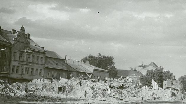 Na snímku je podoba domu v šedesátých letech minulého století, kdy byl zbourán blok domů v Dukelské bráně kvůli novostavbě obchodního domu Prior.