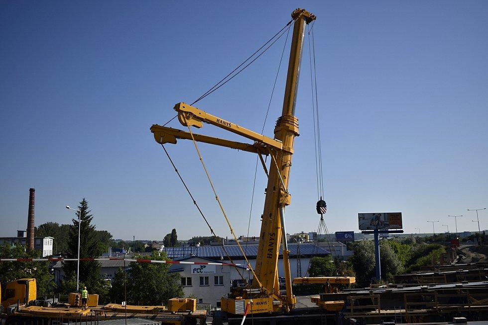 Obří jeřáb pracuje na mostu D46, klade tam osmadvacetitunové nosníky. 19.6. 2021