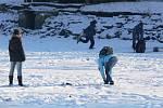 Na rybníku v Drozdovicích se letos bruslit nebude. Přestože je vypuštěný, děti jej každý den využívají ke hrám a stěhovat se zatím nehodlají ani kachny.