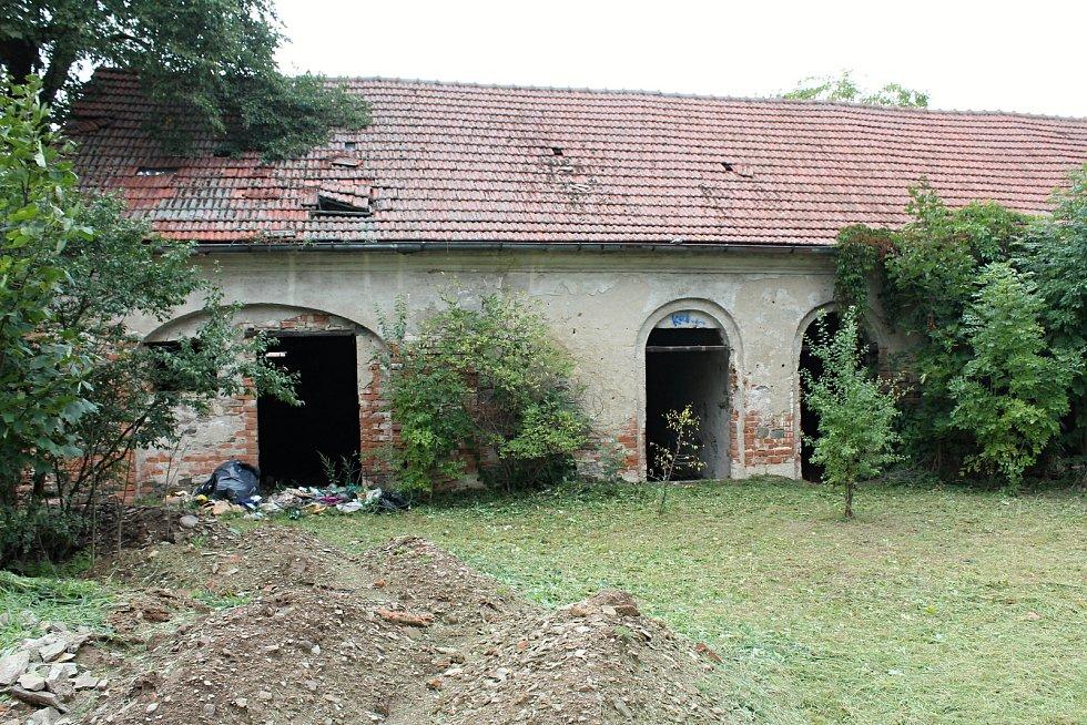 Ruina neudržovaného zámku ve Ptení na Prostějovsku.