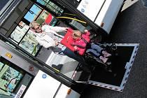 Nové prostějovské autobusy se speciálními nájezdními plošinami