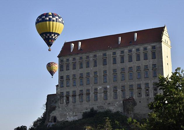 Přelety horkovzdušných balónů nad plumlovským zámkem jsou atraktivní podívanou.