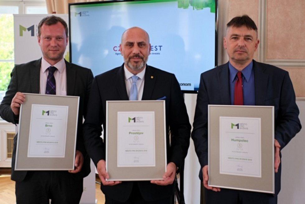 Nejlepší v republice. Vítěznou cenu převzal prostějovský primátor František Jura (uprostřed), vlevo Marek Fišer (Brno), vpravo Vlastimil Brukner (Humpolec)
