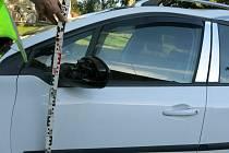 Protijedoucí vozidla značek Škoda a Peugeot se střetla při míjení a došlo tak kpoškození jejich levých předních částí.