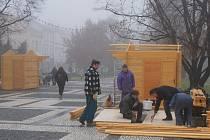 Na náměstí T.G.M. v Prostějově vyrůstají dřevěné vánoční stánky. Jarmark začně příští pátek