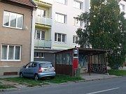 Zdevastovanou autobusovou zastávku na Určické ulici si oblíbili bezdomovci.