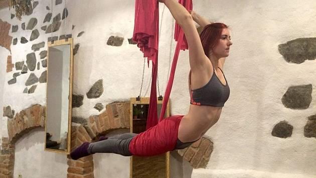 """Bohdana Šafranová při cvičení """"létající jógy"""""""