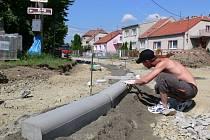 Stavba chodníku v Mostkovicích