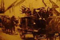 Obyvatelé Drahan při odchodu ze svých domovů