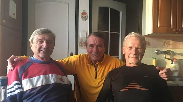 ATLETI. Jubilant František Slavotínek (vlevo) se svými sportovními kamarády Milanem Čečmanem (uprostřed) a Milanem Soukupem.