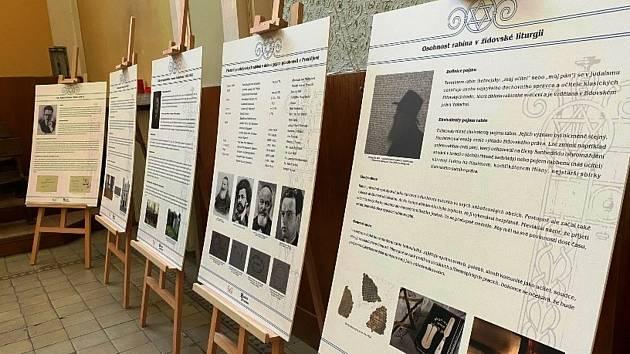 Výstava věnující se historii prostějovských synagog a modliteben aktuálně zdobí hlavní sál Husova sboru Církve československé husitské vProstějově.