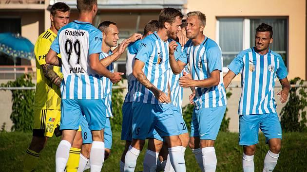 Fotbalisté Prostějova (v bílo-modrém) porazili Varnsdorf 3:2.