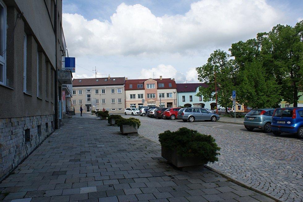 Masarykovo náměstí v Konici -  před radnicí a COOPem