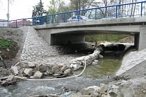 Dělníci zkrotili potok.