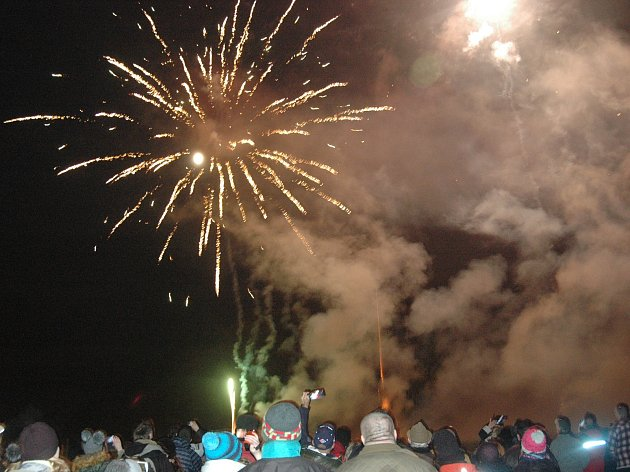 Plumlovský silvestrovský ohňostroj na louce u Soběsuk