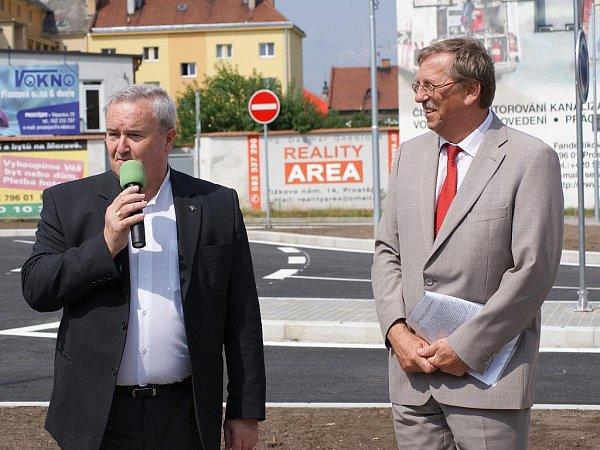 Slavnostní otevření rondelu na Petrském náměstí - Miroslav Pišťák a hejtman Martin Tesařík