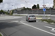 Před kruhovým objezdem u Krasické ulice, bude instalován na příjezdu z Okružní protismykový povrch. 4.8. 2021
