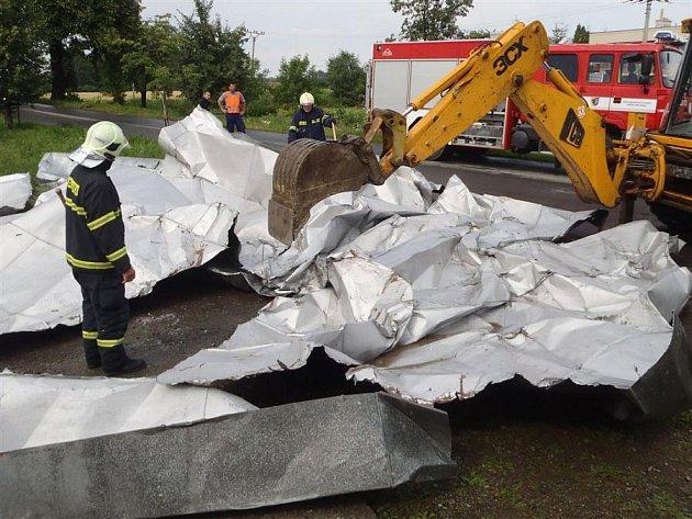 Hasiči odstraňují spadenou střechu ve Vrchoslavicích