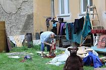 Ve zkušebně prostějovského Divadla Starost praskl o víkendu přívod vody, divadelníci v pondělí uklízeli, sušili kulisy a odhadovali škodu.