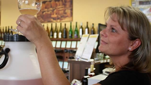 Obsluha vinárny při ochutnávce burčáku
