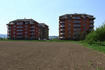 Lokalita v Krasicích, kde mají stát nové bytové domy