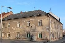 """Dům z roku 1810 v Mlýnské ulici 26 prodává radnice za milion dvě stě tisíc korun. """"Barák chtělo město zbourat. Některé byty jsou tu v hodně dezolátním stavu,"""" uvedla jedna z nájemnic."""