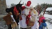 Turisté ze Smržic zorganizovali pro děti mikulášskou nadílku na Velkém Kosíři.