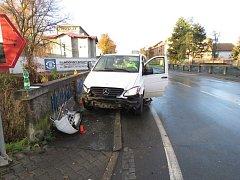 Řidič podcenil náledí, s autem najel do zábradlí.