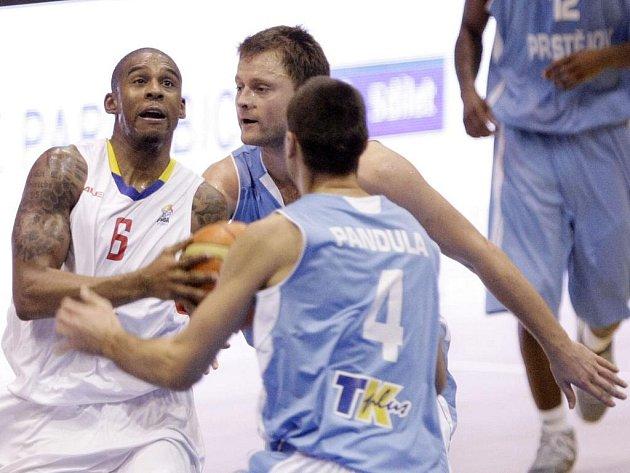 Basketbalové utkání Euro Challenge Cupu skupiny C mezi BK JIP Pardubice (v bílém) a BK Prostějov (v modrém) v pardubické ČEZ Areně