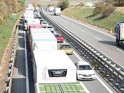 Po vážné nehodě dodávky a kamionu na D46 u Brodku u Prostějova se vytvořila několikakilometrová kolona