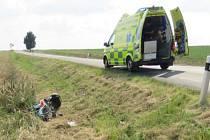 Motorkář havaroval mezi obcemi Otinoves a Rozstání. Do cesty mu prý vběhl zajíc