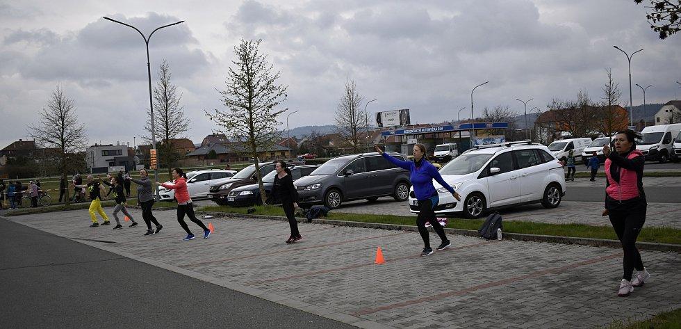 Travnatá plocha podél Plumlovské ulice se v nedělním odpoledni změnila v jedno velké sportoviště. 18.4. 2021