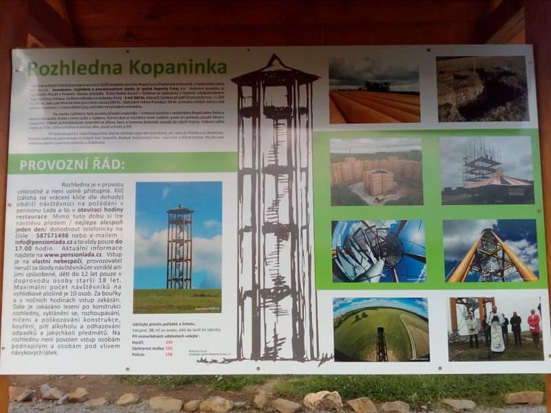 Instalace nové informační tabule u rozhledny Kopaninka v Repechách