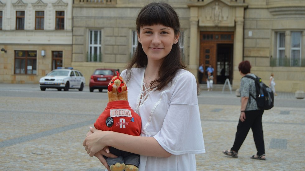 Slepičí tour 2019 - Lucie Juřenová a plyšová slepice Freeda šířily své poselství na Prostějovsku