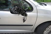 Projíždějící automobil narazil do dveří stojícího auta. Policie nehodu vyšetřuje.