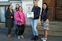 Členky iniciativy Lidé sobě s peticí před radnicí v Uherském Hradišti.