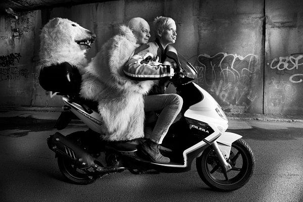 Známá fotografka celebrit Lenka Hatašová přiveze svou výstavu Vjiném světle ido Prostějova, kde svá díla představí vGalerii UHanáka. Na fotografii Bohumil Klepl a Bela Schenková.
