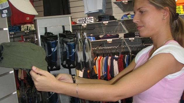 Tato studentka textilní katedry v Prostějově si našla brigádu v prodejně se sportovním oblečením.